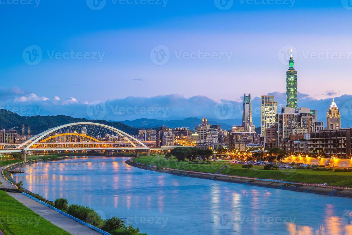 ciudad de taipei junto al río foto