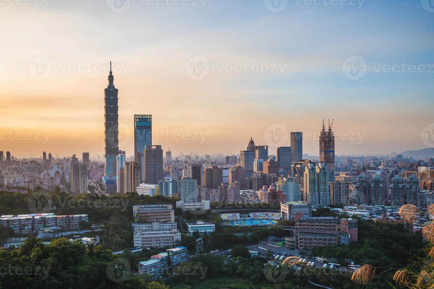 vista panorámica de la ciudad de taipei foto