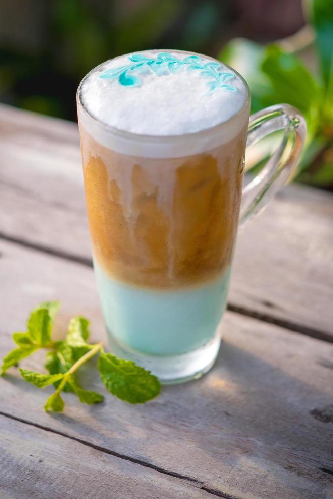 Menta de café helado en vaso con hojas de menta foto