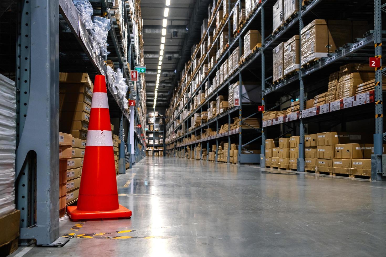 Un cono de tráfico en el pasillo del almacén en una tienda Ikea. foto