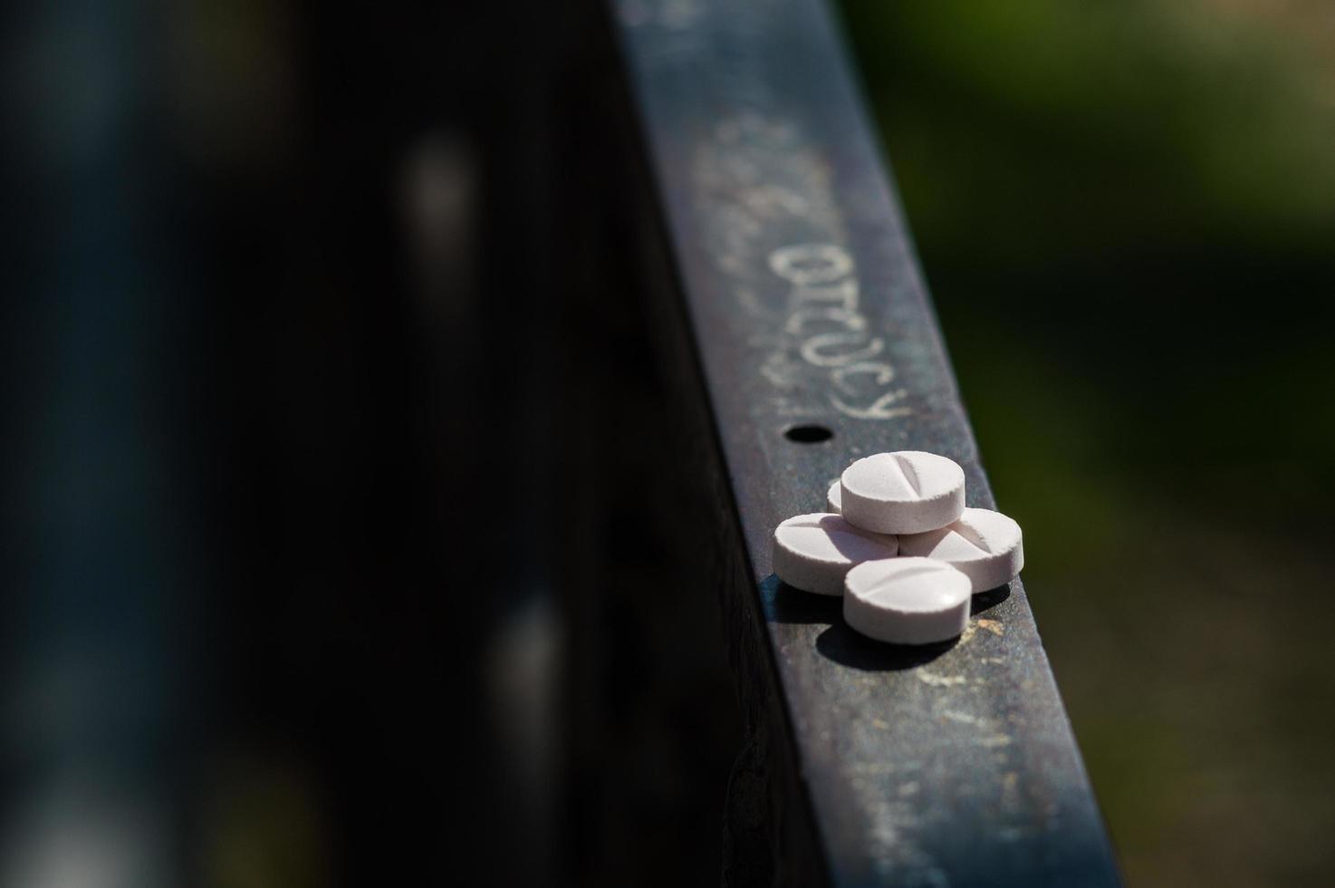 Pastillas blancas se encuentran en una barandilla de metal foto