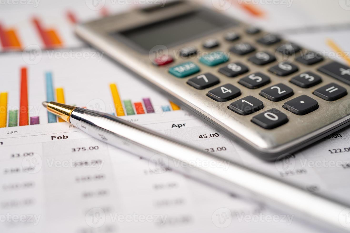 calculadora en papel cuadriculado foto