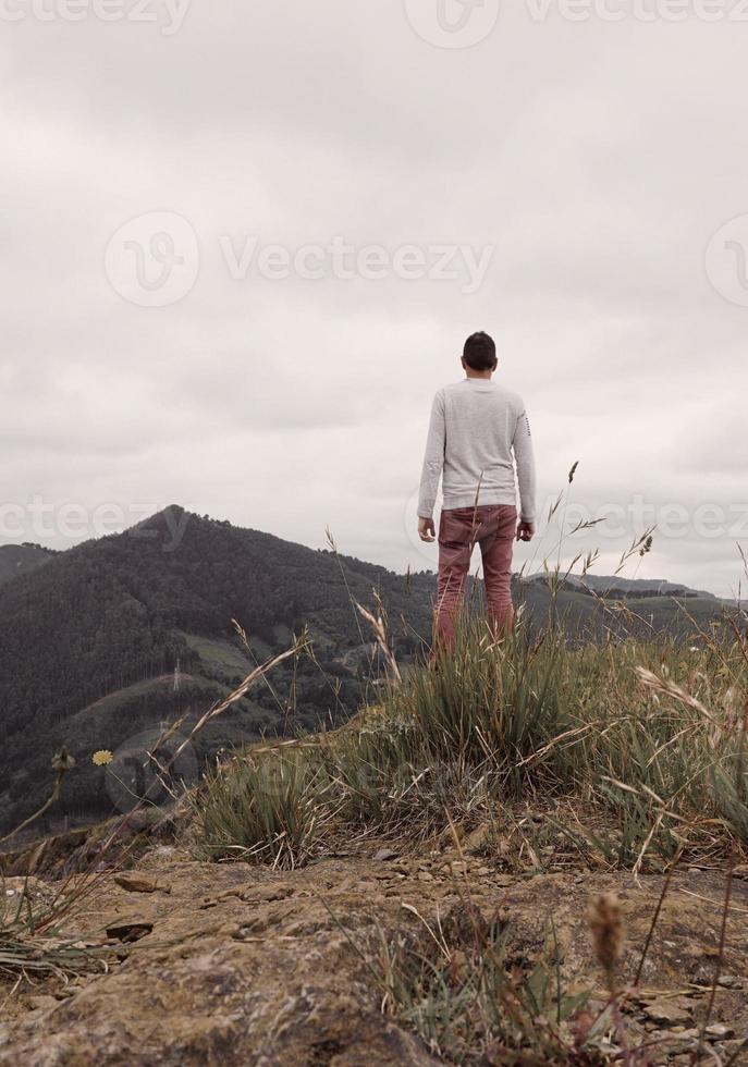Hombre trekking en la montaña en Bilbao España foto