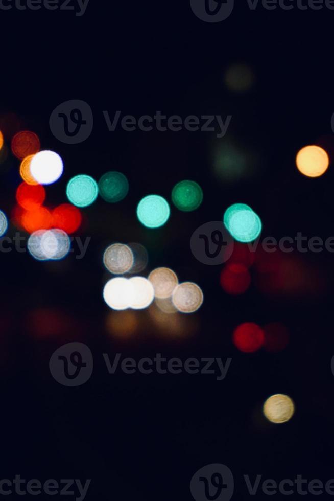 luces de la calle de colores en la noche foto