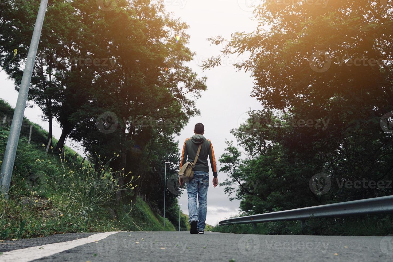 hombre trekking en la montaña foto