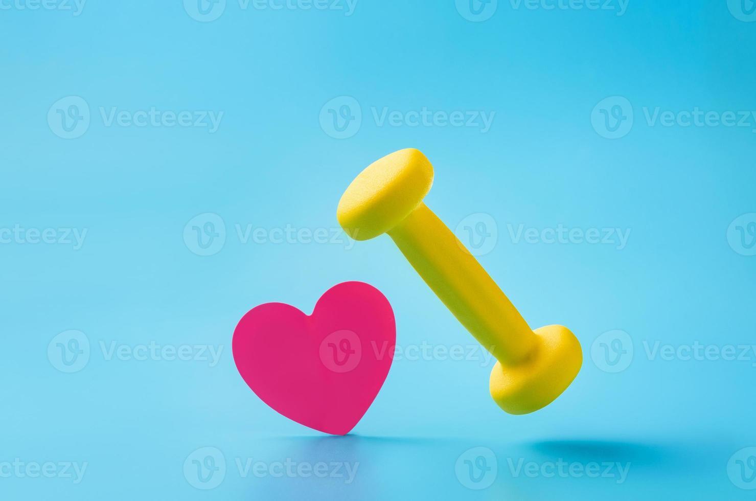 Mancuerna y hoja en forma de corazón sobre fondo azul con espacio de copia foto