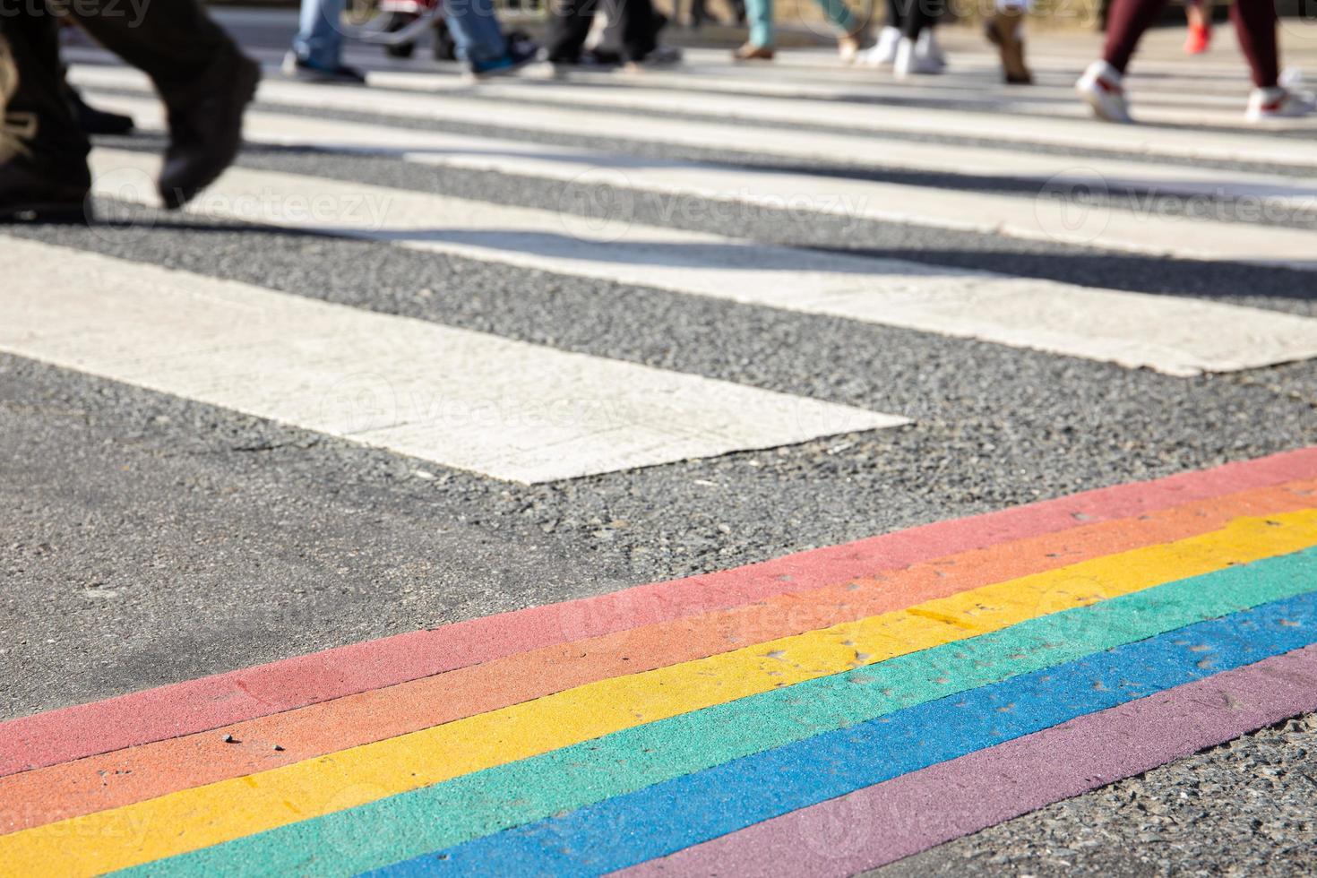 Bandera del orgullo lgbtq pintada en el paso de peatones de la ciudad de asfalto foto
