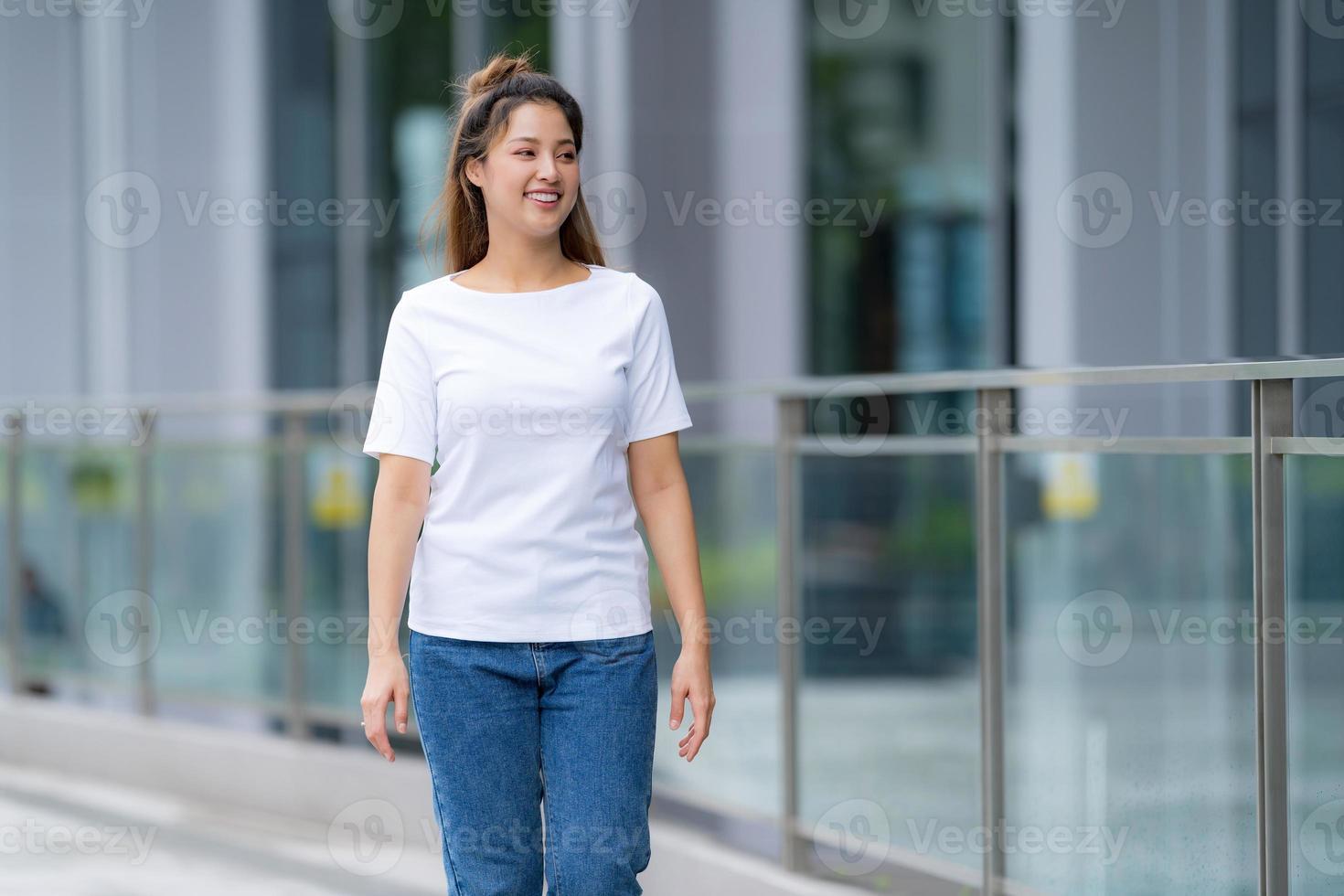 mujer en camiseta blanca y jeans azules foto