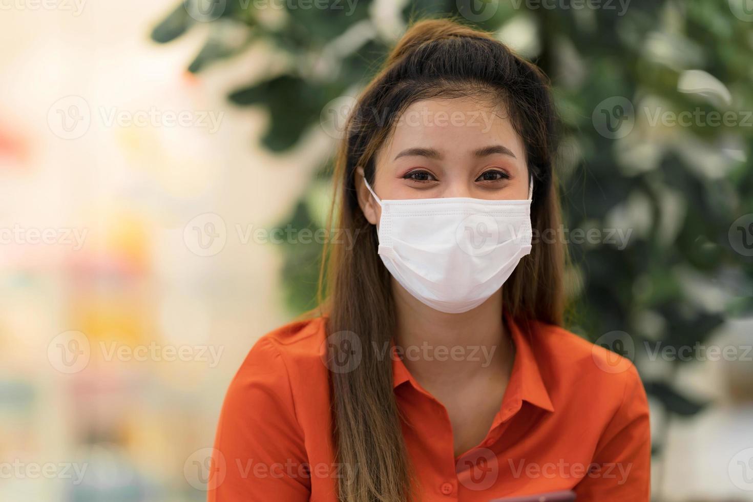 mujer joven, llevando, máscara facial, protector, sentado, en, café foto