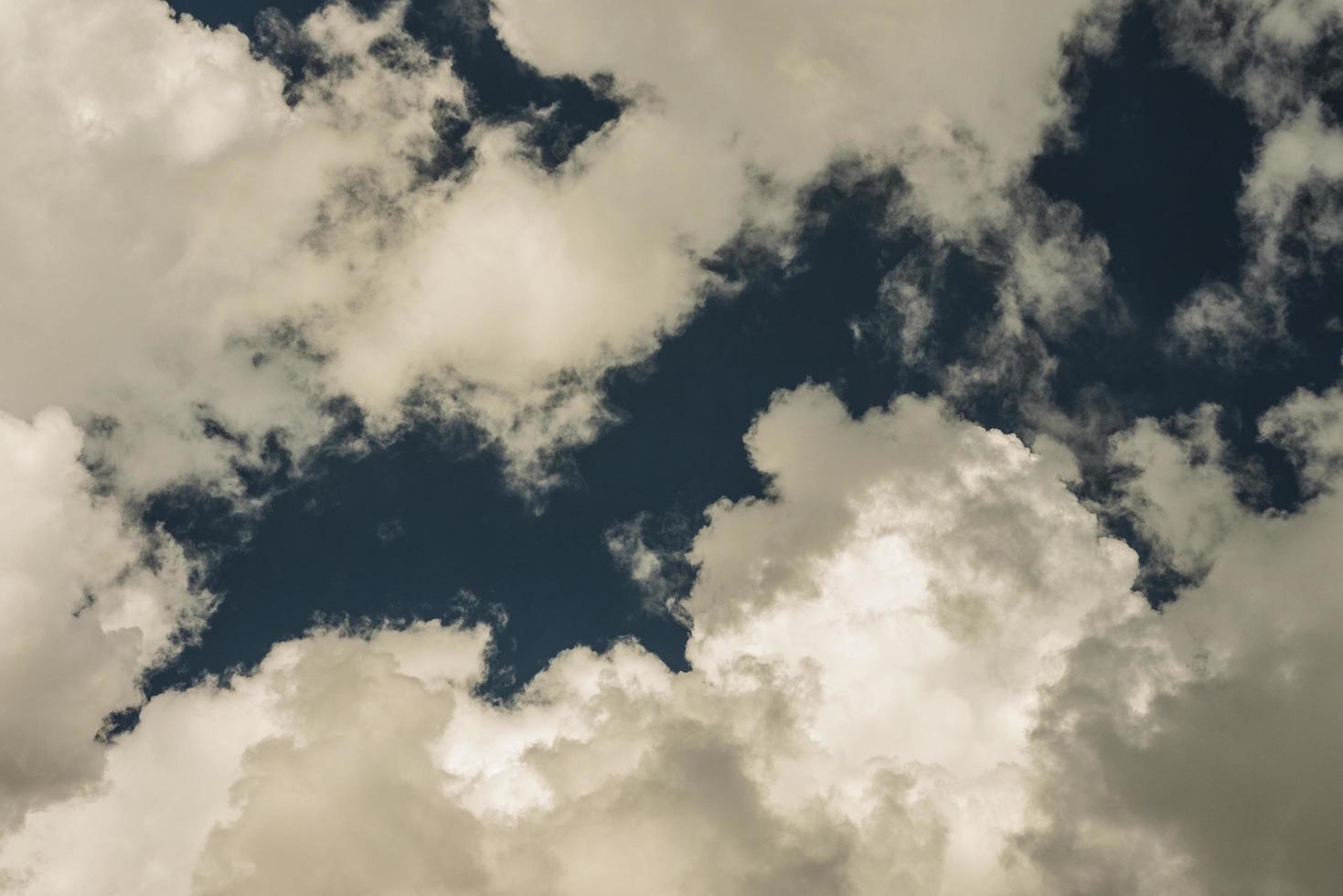 Fondo de verano nubes blancas contra el cielo azul foto