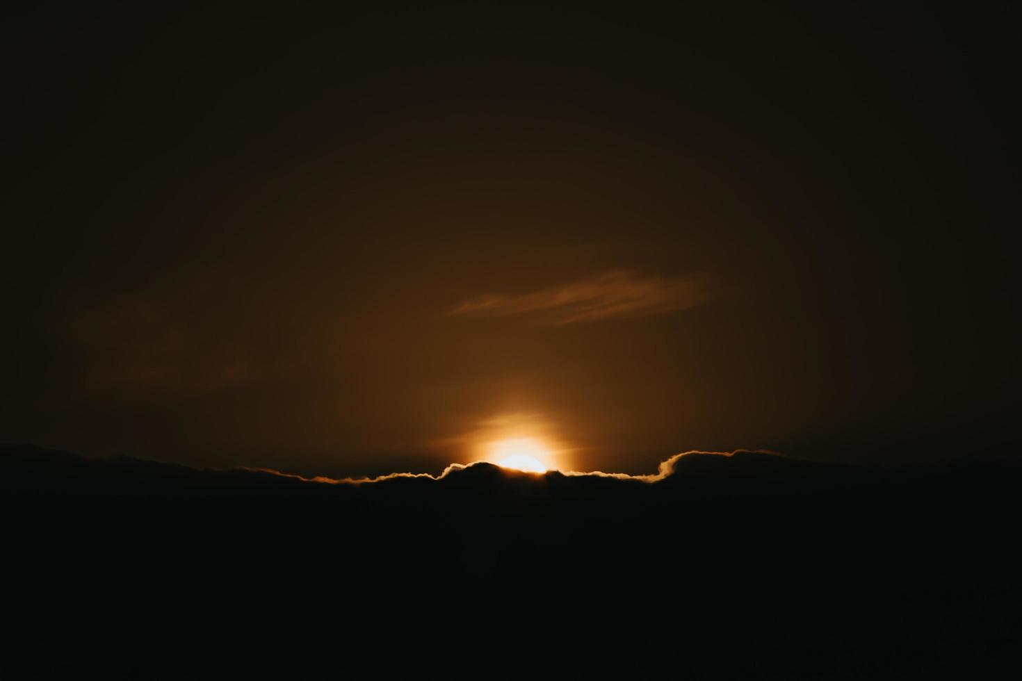 super puesta de sol sobre las nubes negras foto