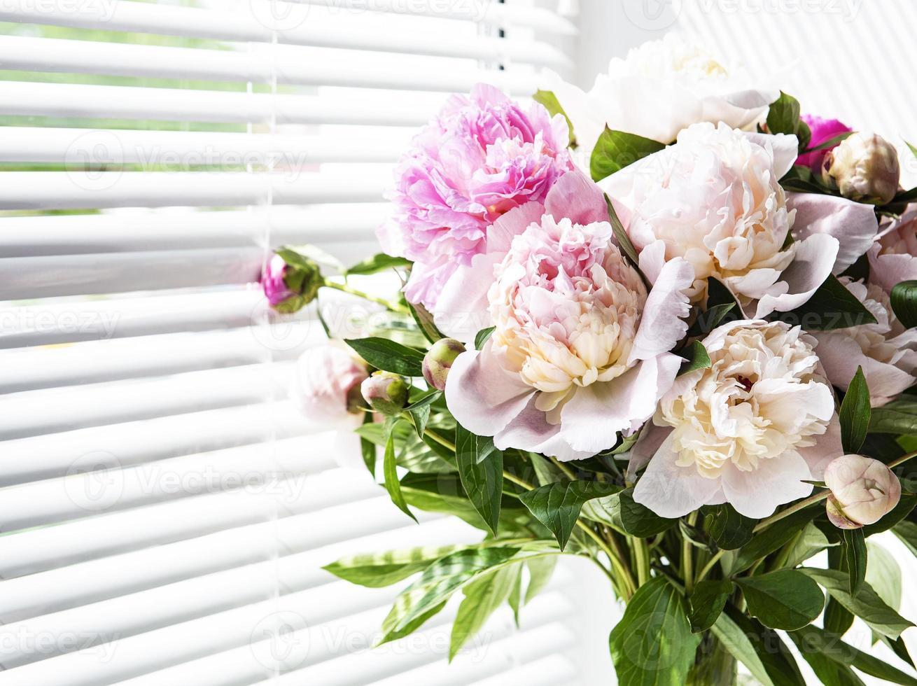 hermoso ramo de peonía rosa en un jarrón foto