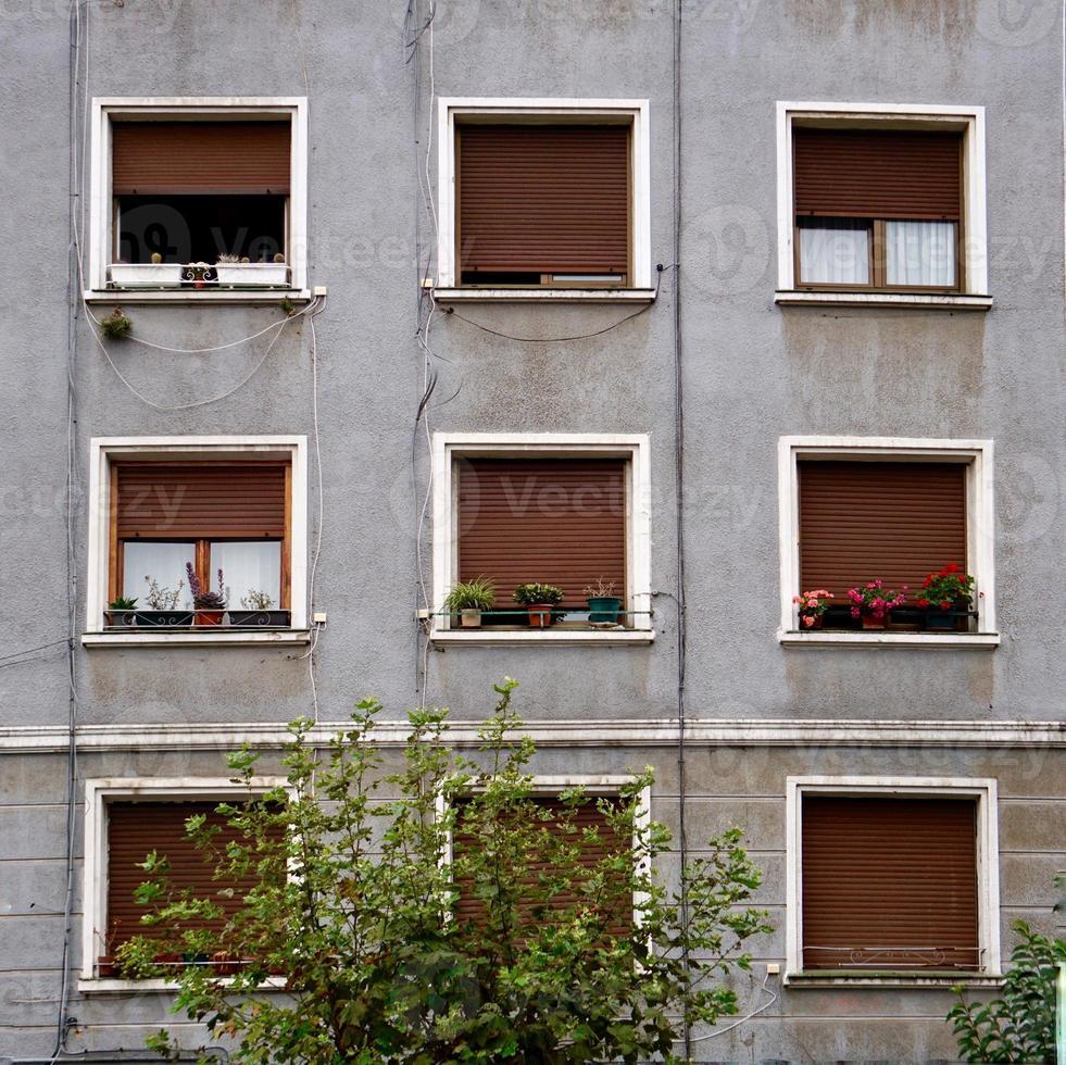 ventana en la fachada gris de la casa foto