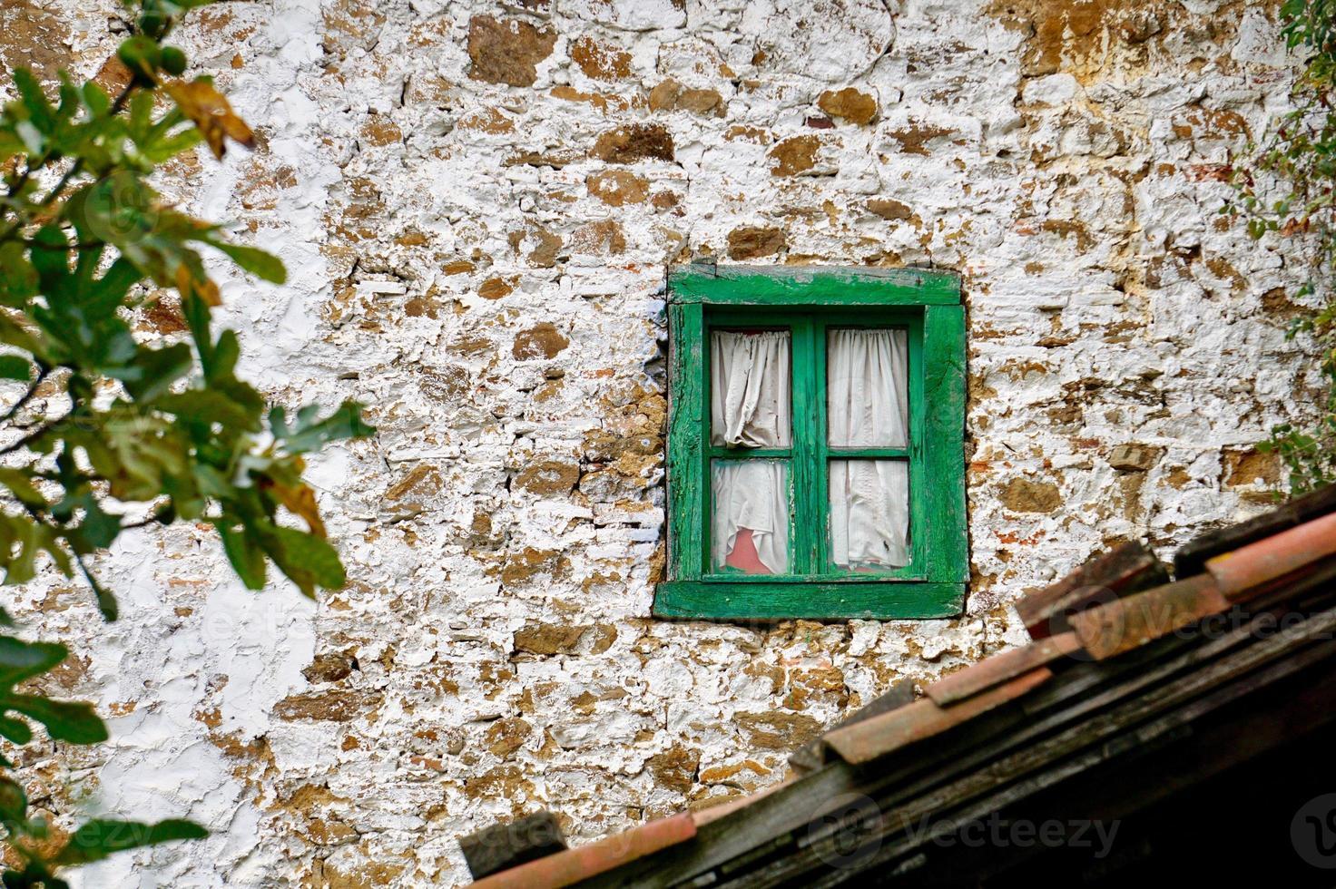 ventana de la vieja casa abandonada foto