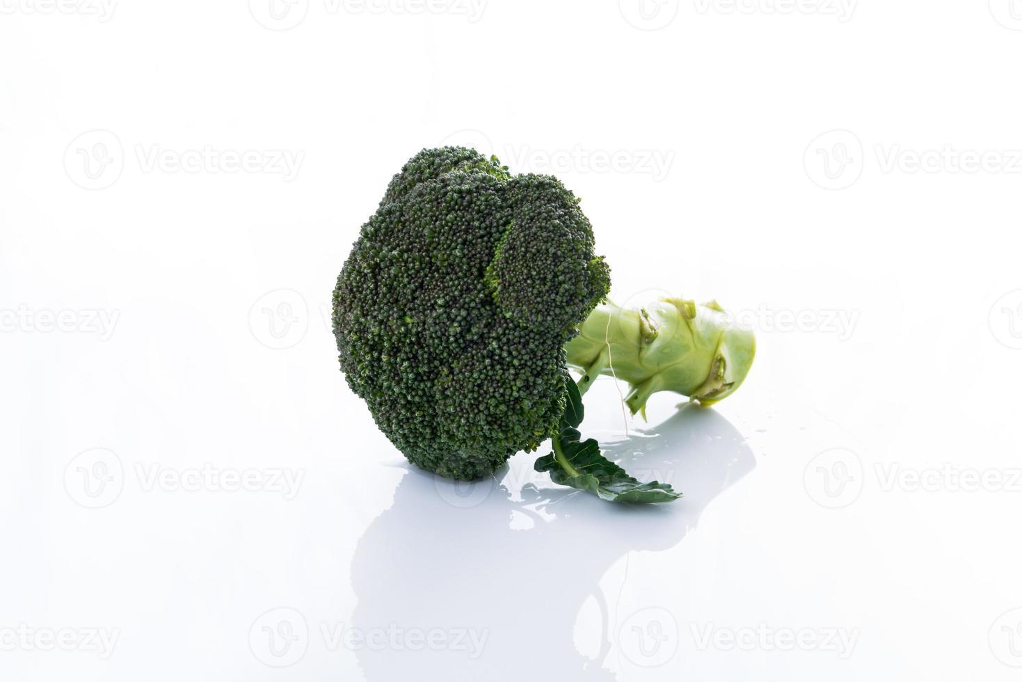 cerrar brócoli en blanco foto