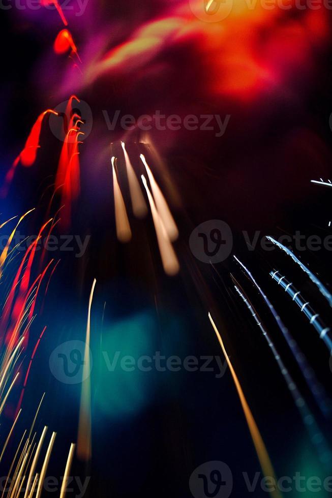 luces multicolores desenfocadas en la noche foto