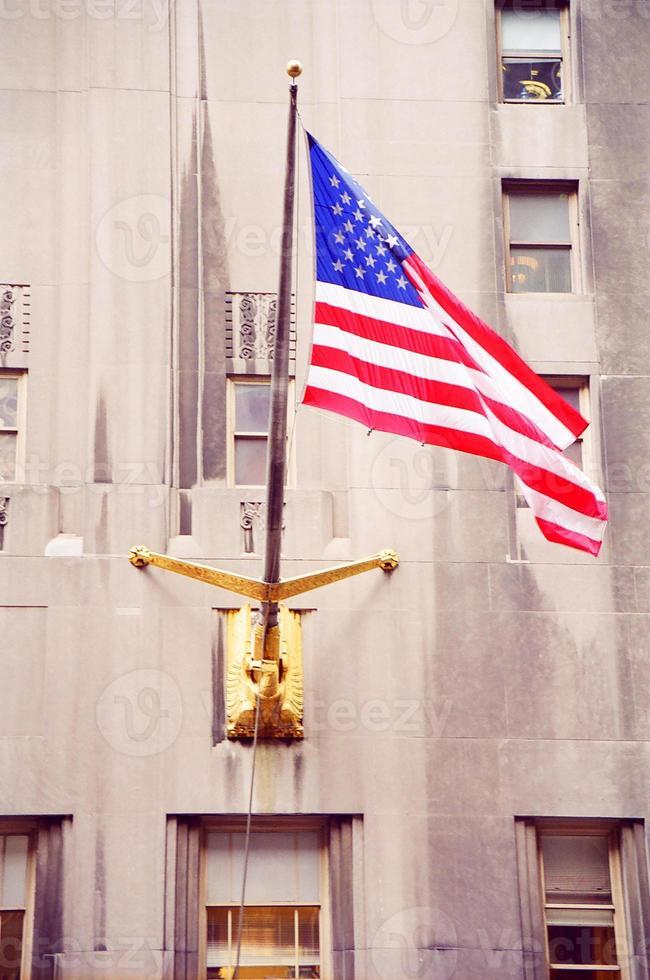 banderas americanas en el viento foto