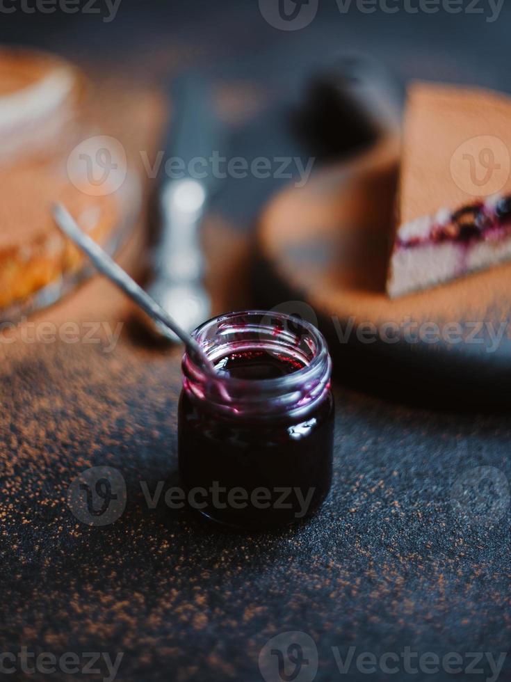apetitosa cazuela de requesón o tarta de queso con cacao y mermelada foto