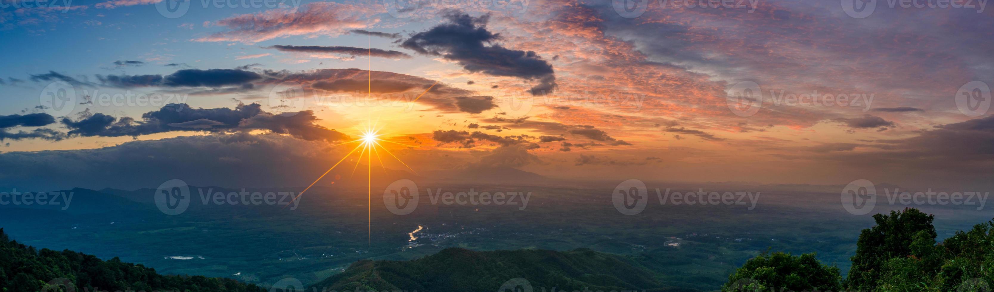 Foto de panorama de montaña sol de la mañana Tailandia vista en la cima de la colina con hermosas puestas de sol. distrito de nakhon si thammarat chawang