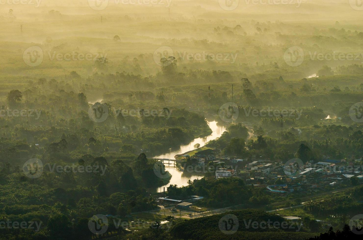 foto de la montaña sol de la mañana Tailandia vista en la cima de la colina con hermosas puestas de sol. distrito de nakhon si thammarat chawang