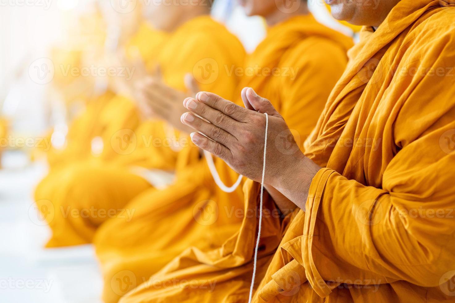 monjes budistas cantan rituales budistas foto