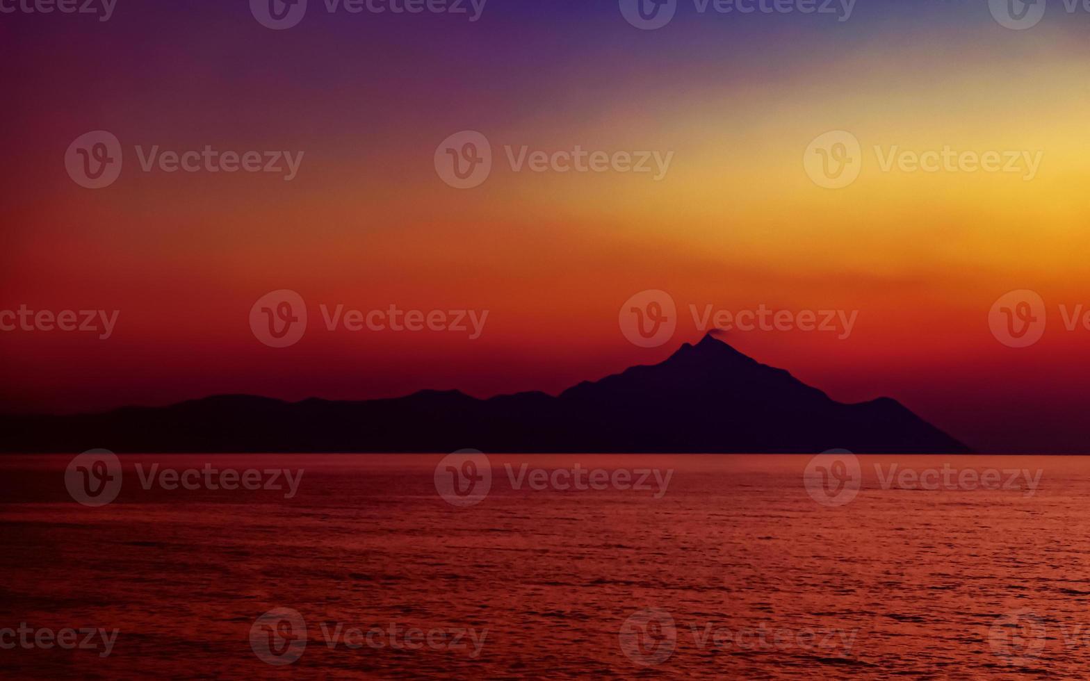 Athos de montaña sagrada al atardecer. vista desde la playa de platania, cerca de sarti, sithonia, península halkidiki, grecia. foto