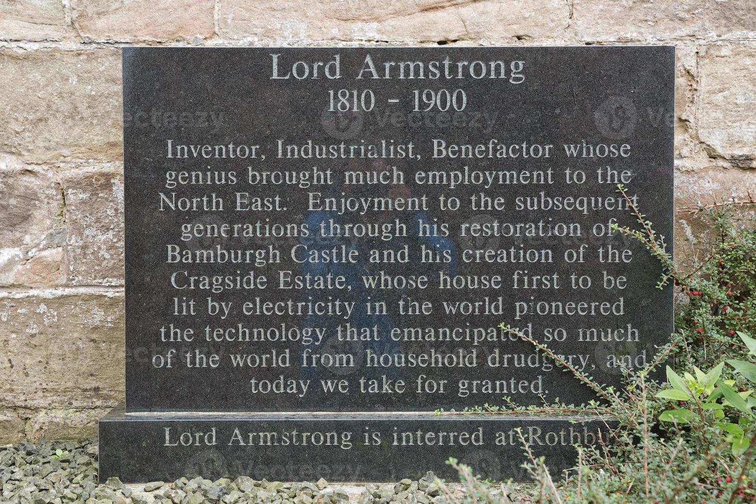 Piedra en memoria de Lord Armstrong, el primer barón del castillo de Bamburgh en Northumberland, Inglaterra, Reino Unido. foto