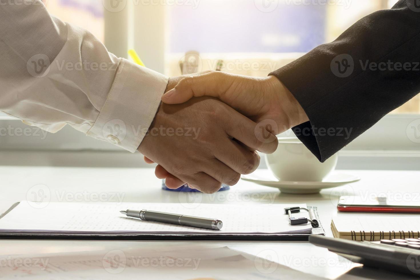 los empresarios terminaron la reunión y el feliz apretón de manos del empresario después de que se hizo el contrato para ser un socio de trabajo en equipo. foto