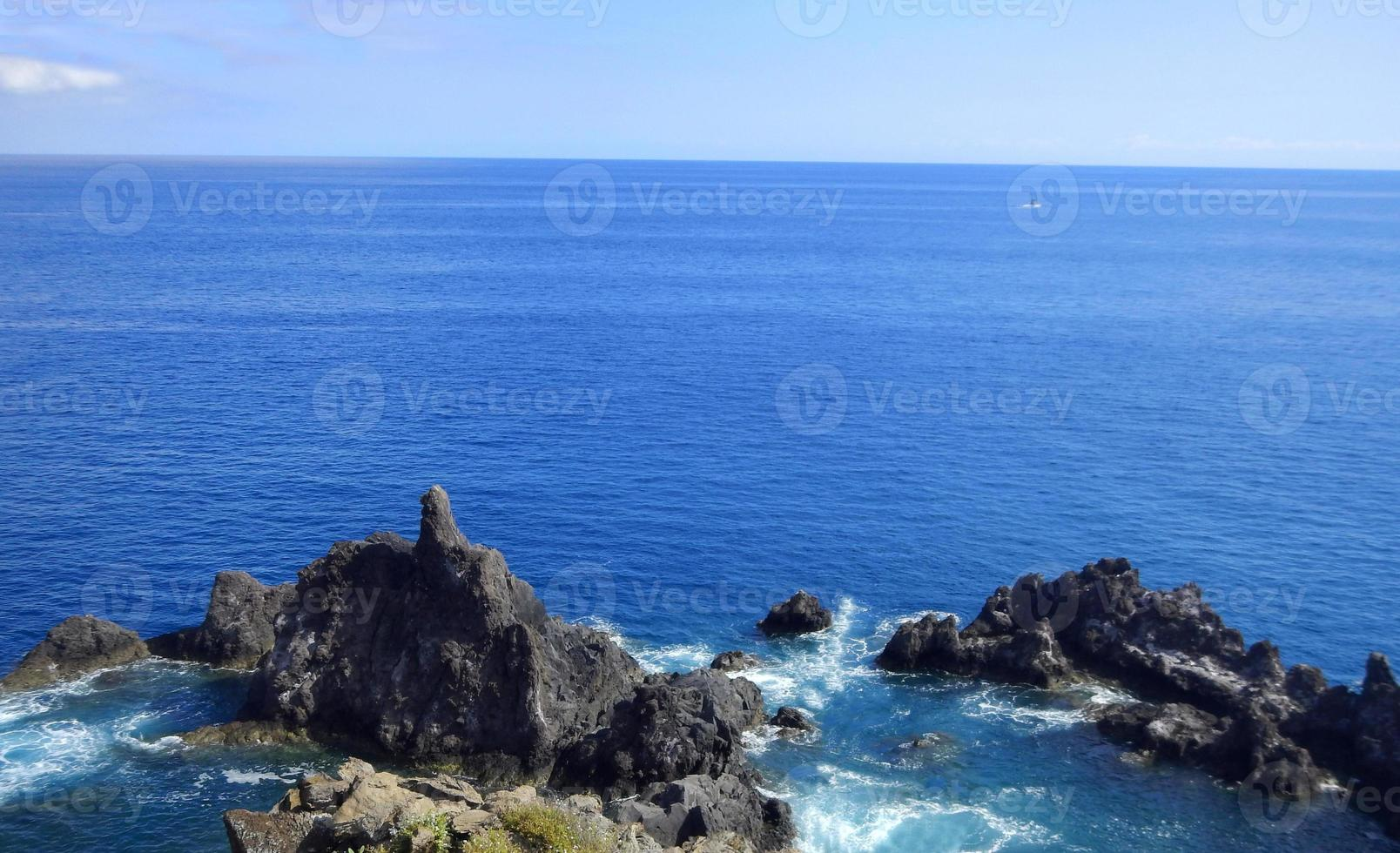 vista de la costa de madeira foto
