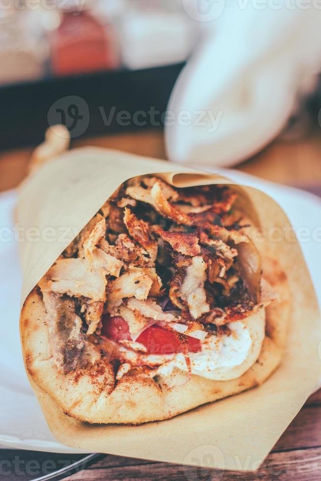 Gyros griego pita con carne picada, cebolla y salsa tzatziki foto