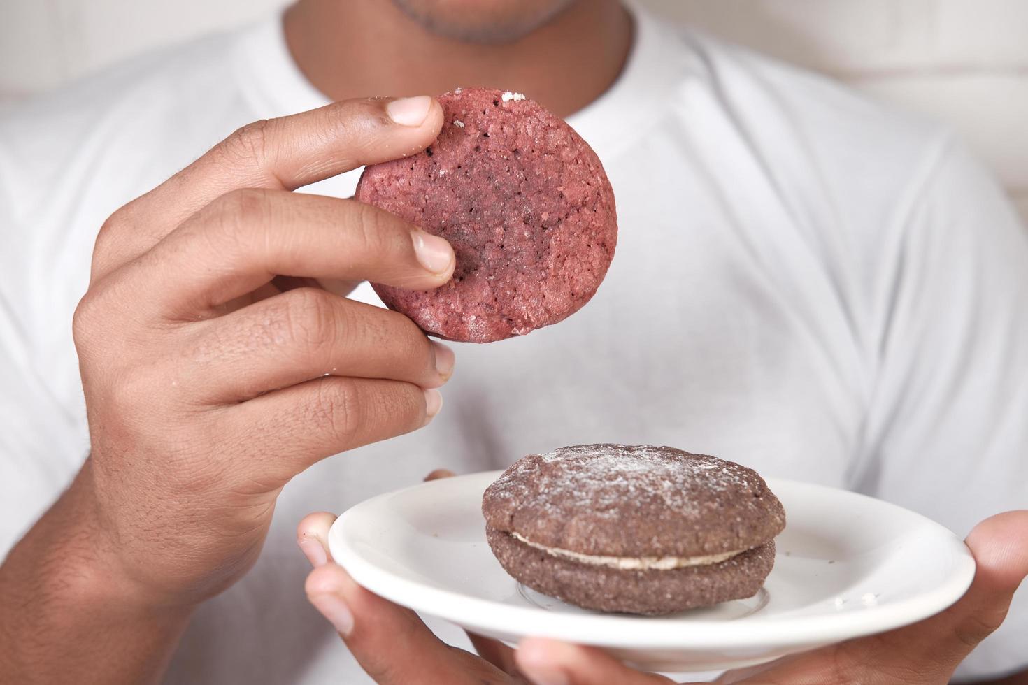 Recoger a mano galletas y té en la mesa foto