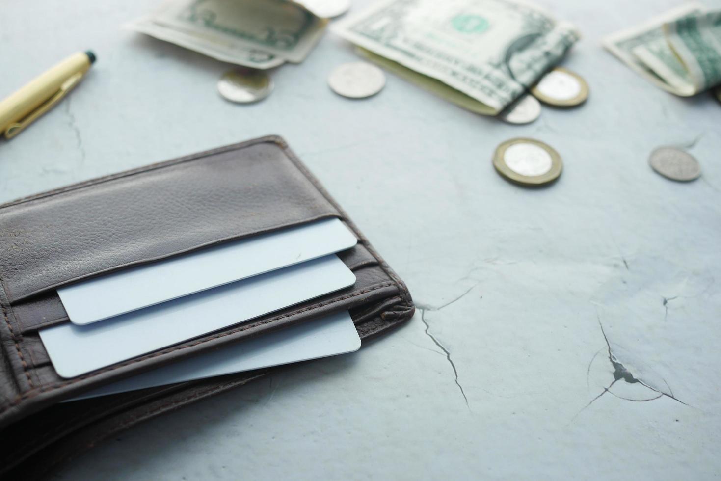 Cierre de tarjetas de crédito en la billetera sobre fondo blanco. foto