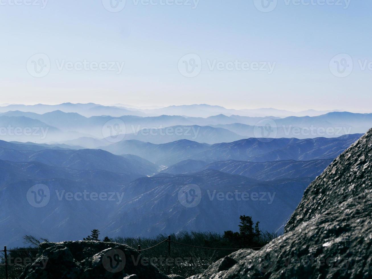 la vista a hermosas montañas desde el pico más alto daecheongbong. parque nacional de seoraksan. Corea del Sur foto