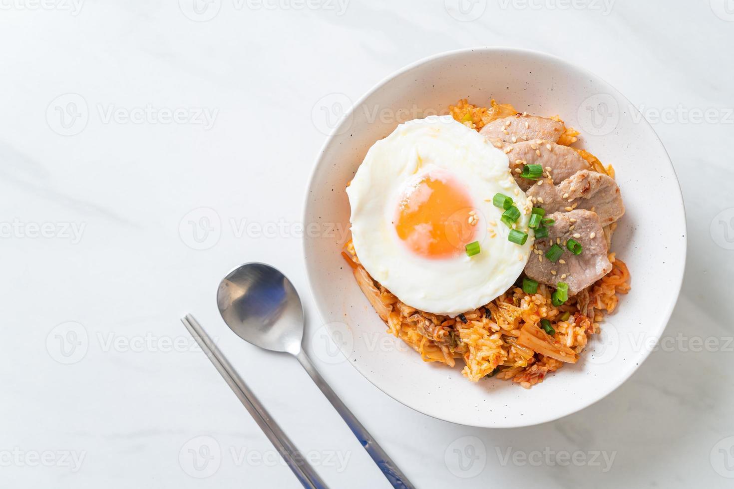 arroz frito con kimchi con huevo frito y cerdo foto