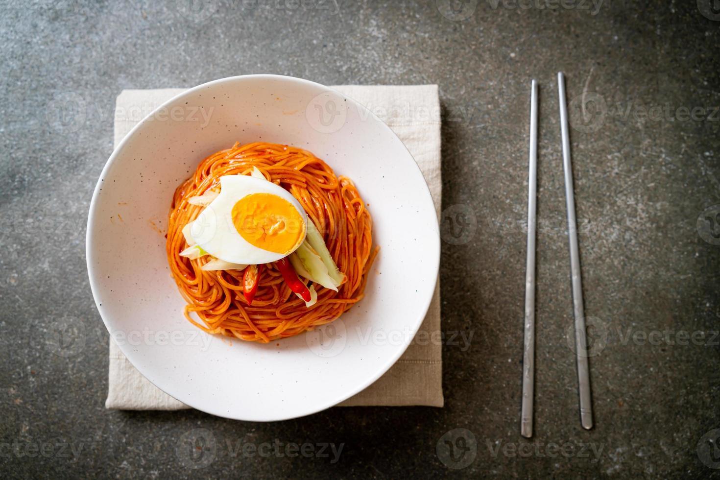 fideos fríos coreanos con huevo foto