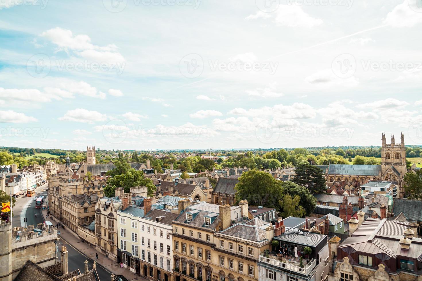 Oxford, Reino Unido - 29 de agosto de 2019 - Vista de ángulo alto de High Street de Oxford foto