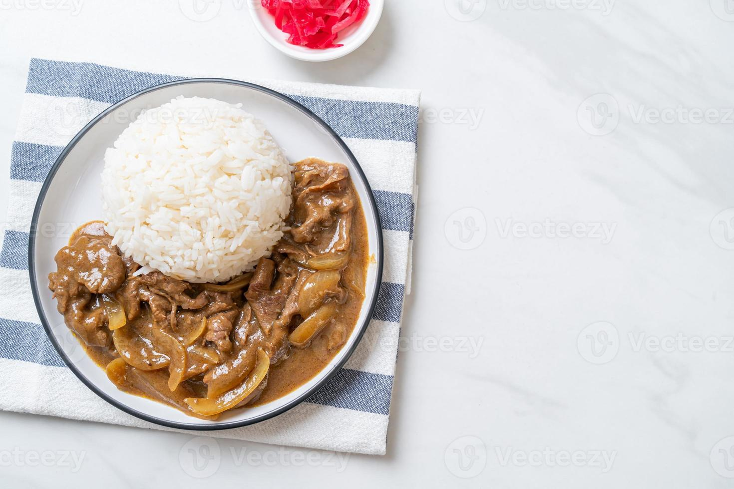 arroz al curry de ternera en rodajas foto