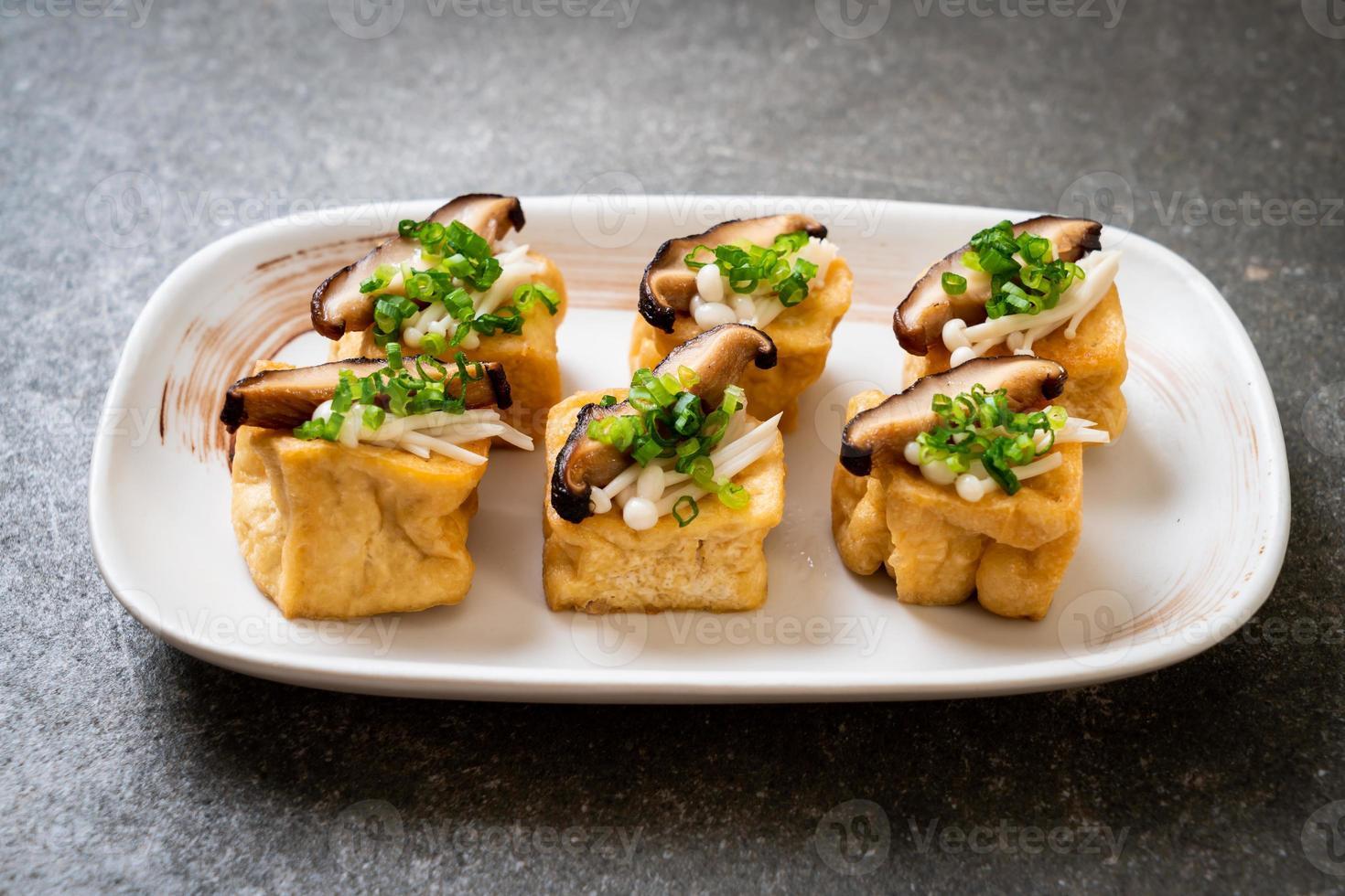 tofu a la plancha con seta shitake y seta aguja dorada foto