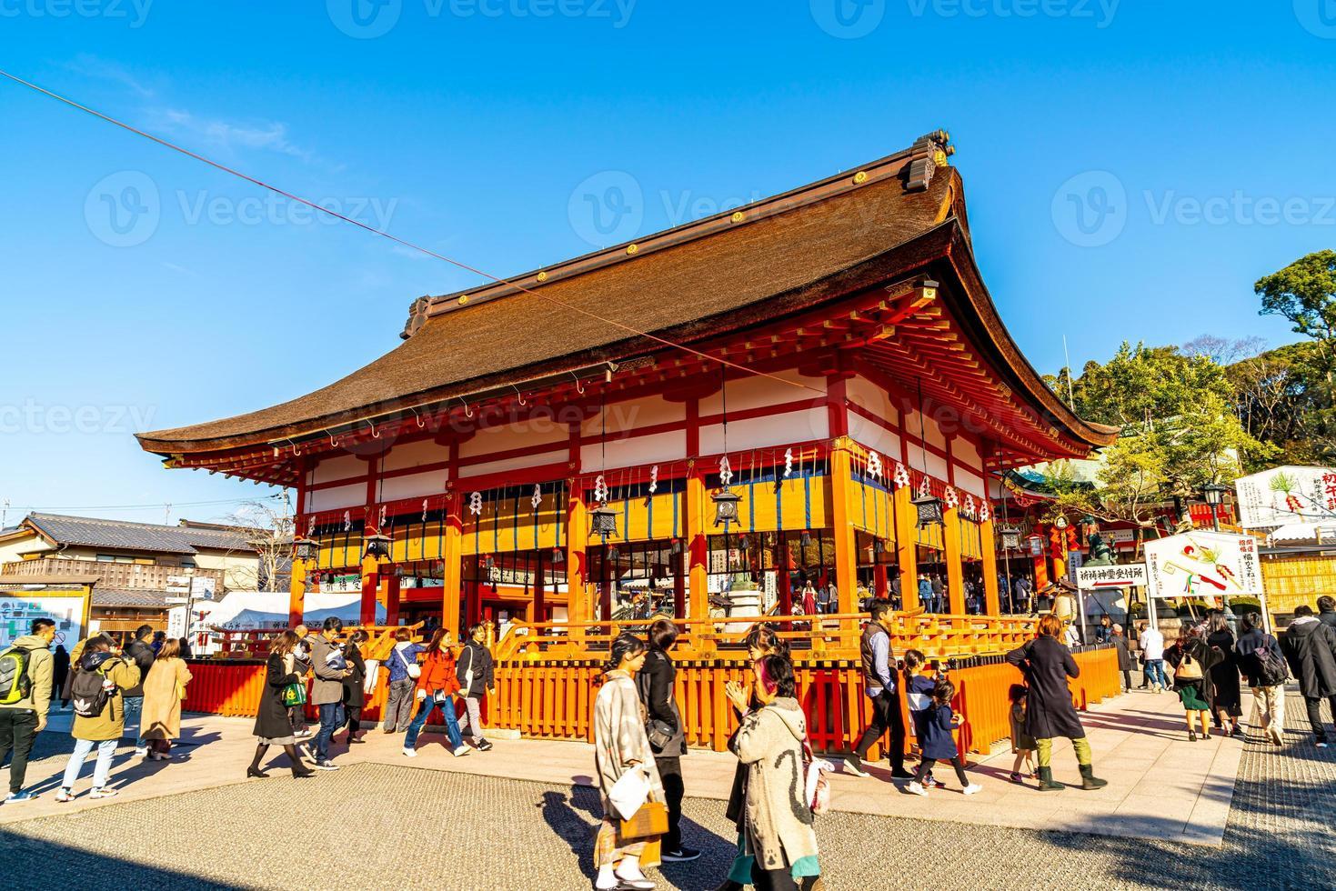 kyoto, japón - 11 de enero de 2020 - turismo en el santuario fushimi inari en kyoto, japón. foto