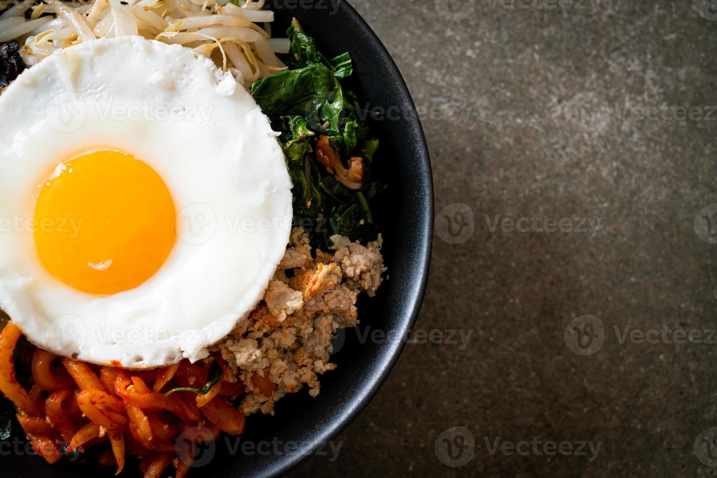ensalada picante coreana con arroz - comida tradicional coreana, bibimbap foto