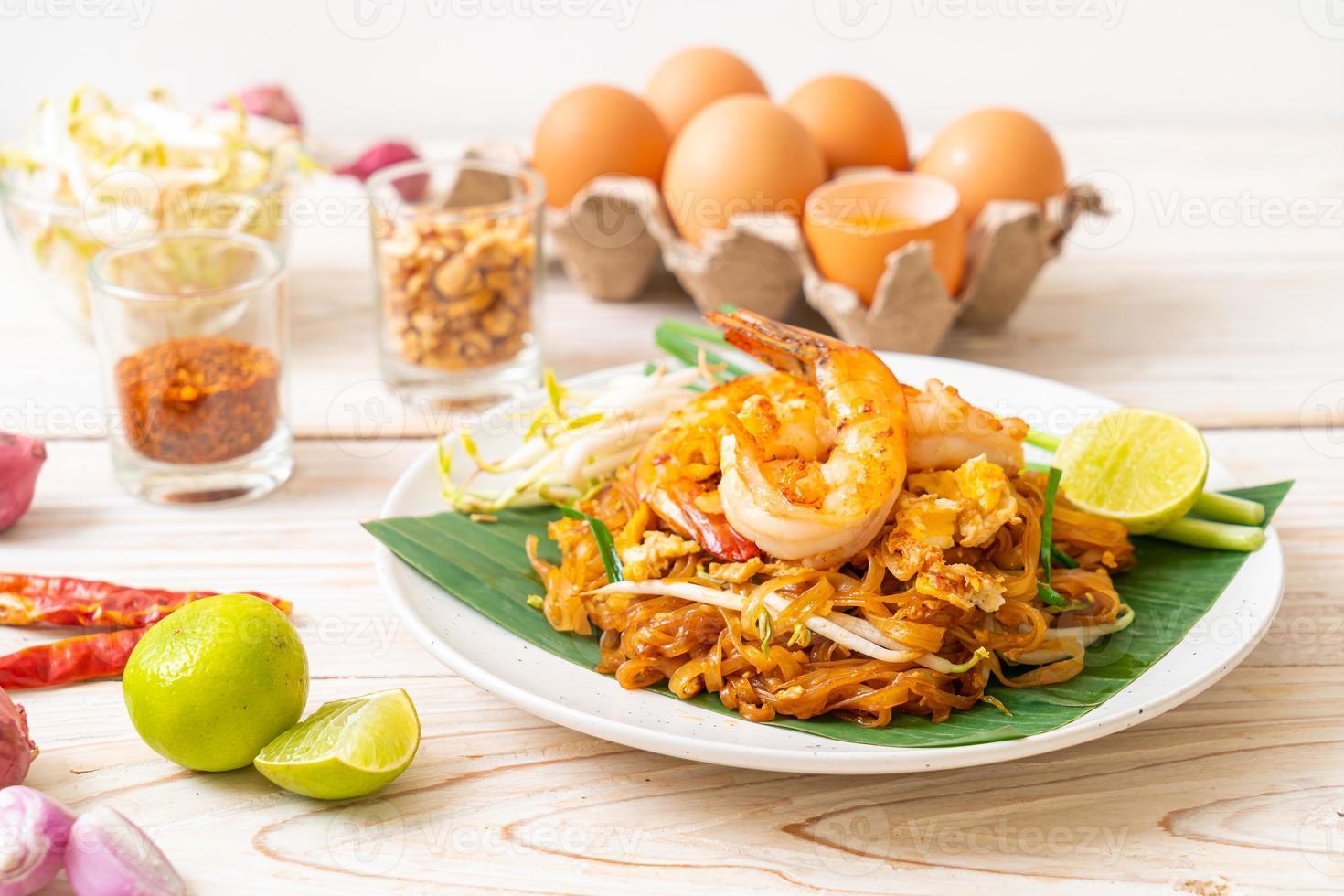 pad thai - fideos de arroz salteados foto