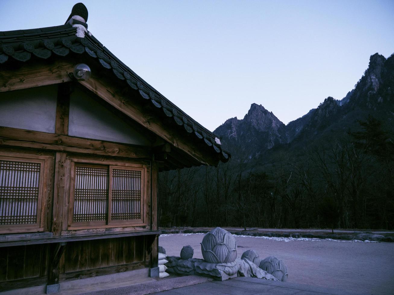 casas asiáticas en el templo de sinheungsa. parque nacional de seoraksan. Corea del Sur foto