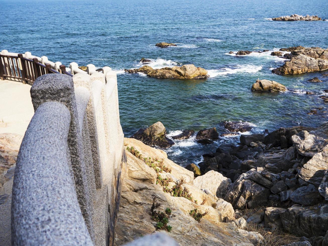 Hermosa costa rocosa en el templo de Naksansa, Corea del Sur foto