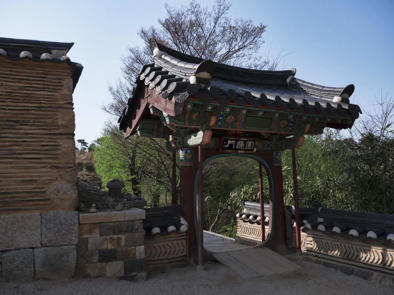 Hermoso arco tradicional en el templo de Naksansa, Corea del Sur foto