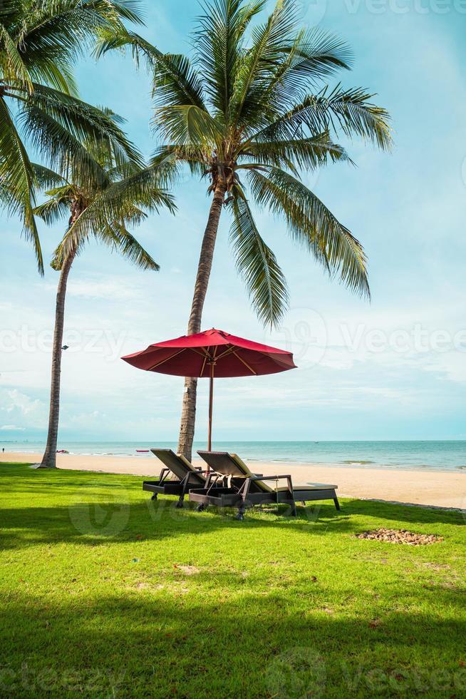 sombrilla y silla con vista al mar en el hotel resort foto