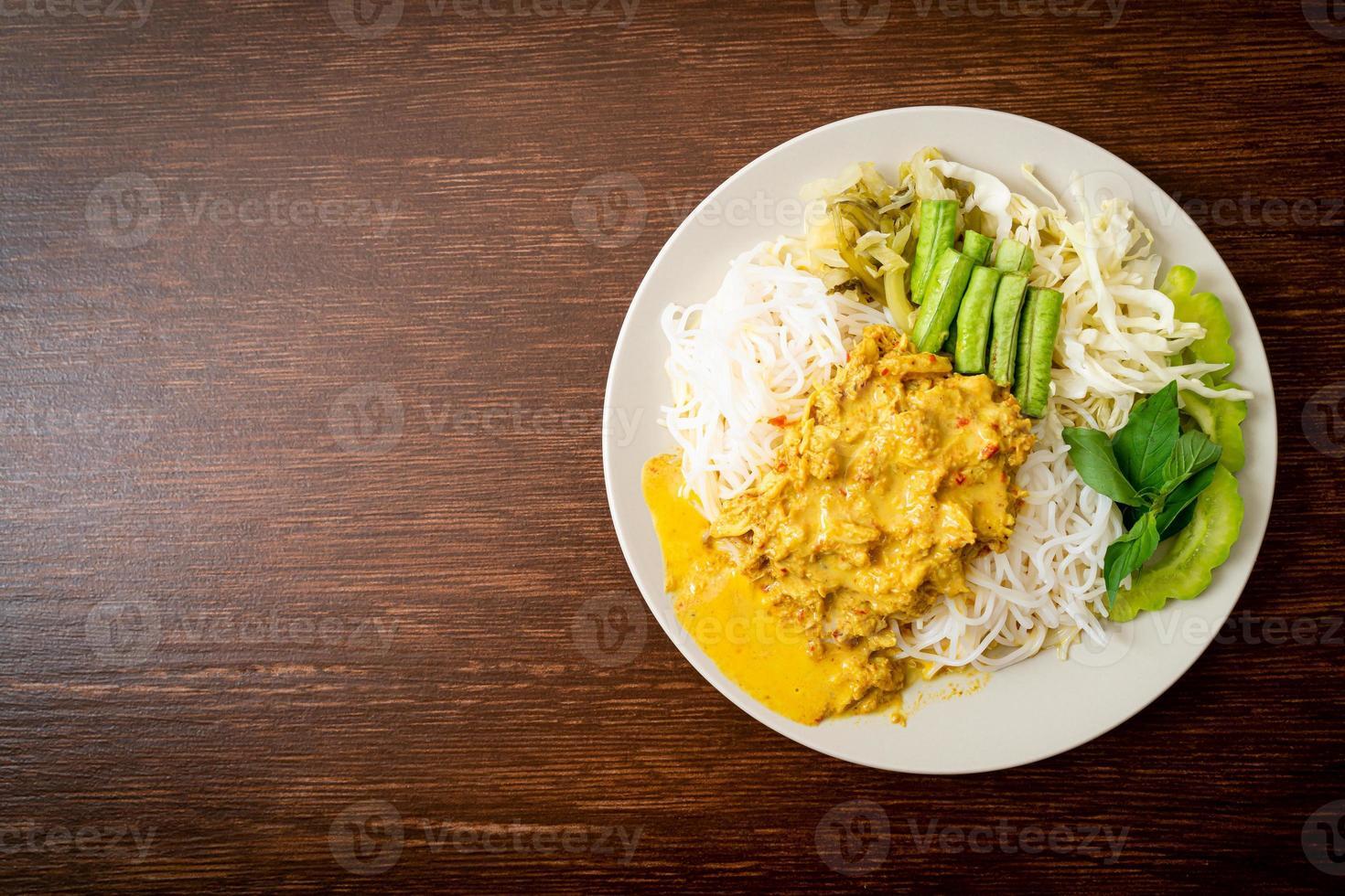 fideos de arroz tailandés con cangrejo al curry y verduras variadas foto