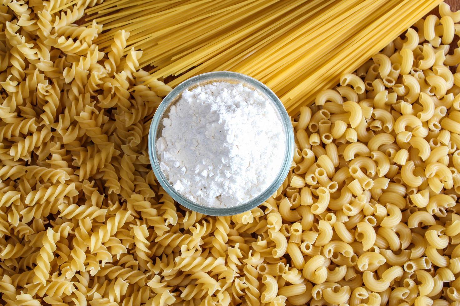 variedad de tipos y formas de pasta italiana seca foto