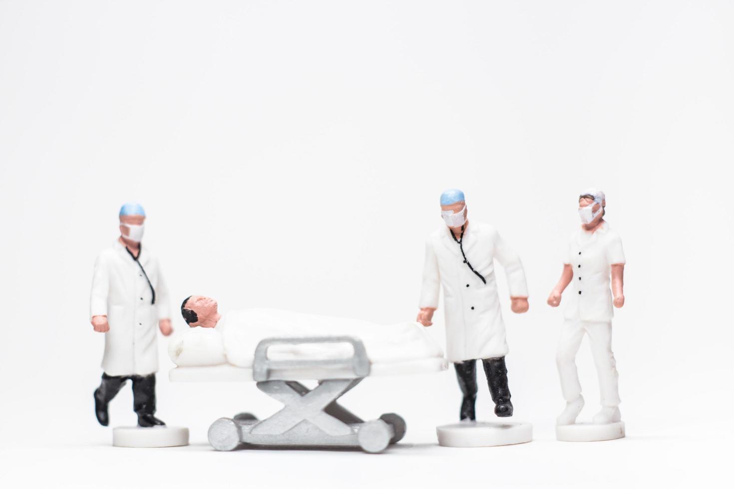 Foto conceptual simple, mini figura de médicos y enfermeras mini figura de evacuación de pacientes infectados