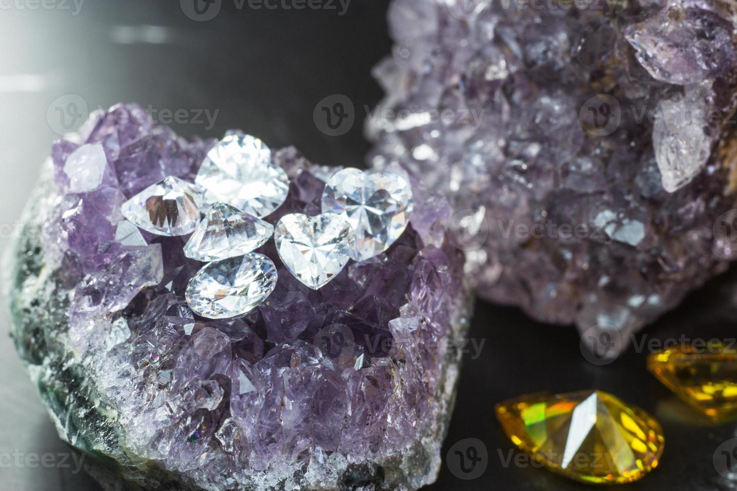 piedra preciosa de zafiro púrpura natural, joyas de piedras preciosas de amatista púrpura foto