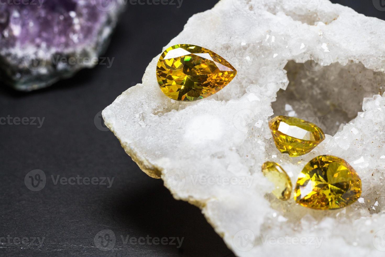 Piedra preciosa de zafiro amarillo natural, hermosa piedra preciosa de citrina de oro amarillo aislada sobre fondo negro, como fondo de joyería foto
